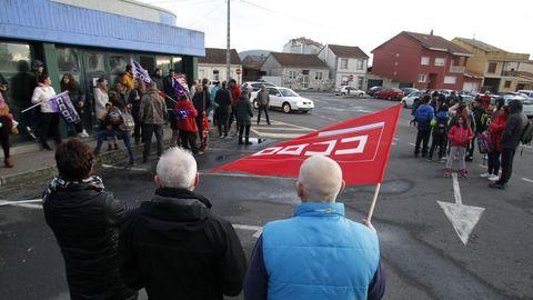 Protesta en el exterior de la piscina municipal por el impago de nóminas a los trabajadores