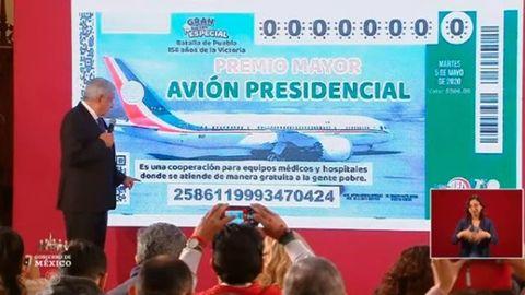 Obrador, ante la proyección del boleto que dará derecho a participar. La recaudación iría destinada a la sanidad del país y gente con pocos recursos