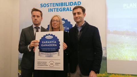 Manuel Reineiro fernández, Estefanía Iglesias y Ramón García en la sede de Central Lechera Asturiana en Granda, Siero