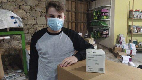 Un trabajador de Comercial Mida con una de las mascarillas sanitarias que la empresa está enviando a China y a otros países