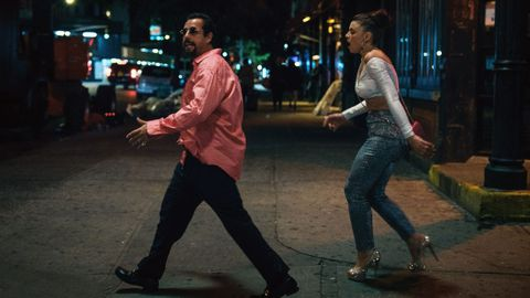 Los actores Adam Sandler y Julia Fox, en un fotograma del filme «Diamantes en bruto»