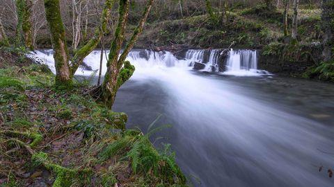 El río forma numerosos saltos y rápidos en su curso hacia la confluencia con el Lor