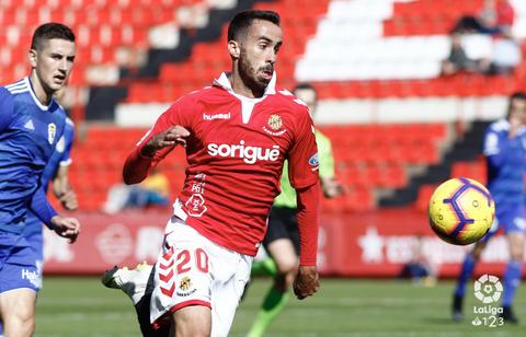 Coris, con Javi Hernández detrás, en el Nàstic-Real Oviedo de la 18/19