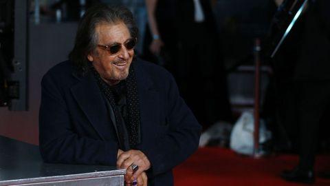 El actor estadounidense Al Pacino bromea con los fotógrafos en la alfombra roja de los Bafta