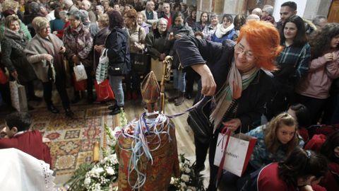 Decenas de personas cumplieron con la tradición de pasar sus cintas alrededor de la imagen de San Blas