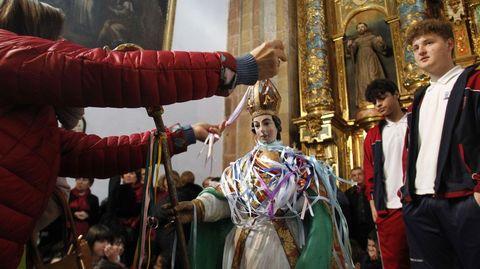 La tradición religiosa dice que las cintas de San Blas protegen contra los males de garganta