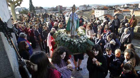 Escolares del colegio Torre de Lemos, que está al lado de la iglesia de A Régoa, sacaron la imagen del santo en procesión tras la misa