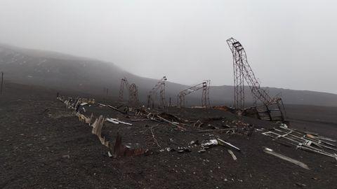 Restos de la antigua base chilena que fue sepultada durante la última erupción volcánica, en 1967