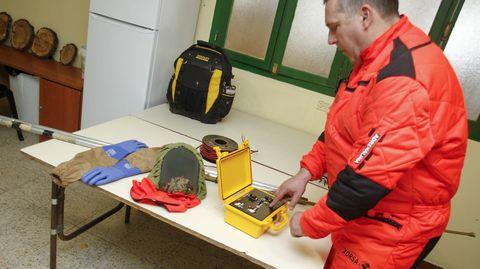 Uno de los integrantes de la brigada muestra el aparato que detonará los cartuchos pirotécnicos.
