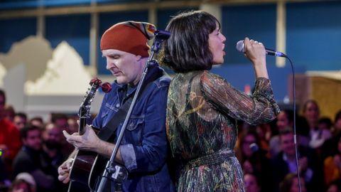 Juan Aguirre y Eva Amaral durante el concierto final de la COP25 en Agora, zona verde, en Madrid, a 13 de diciembre de 2019