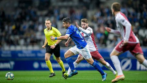Jon Erice persigue a Saúl Berjón durante el Real Oviedo-Albacete