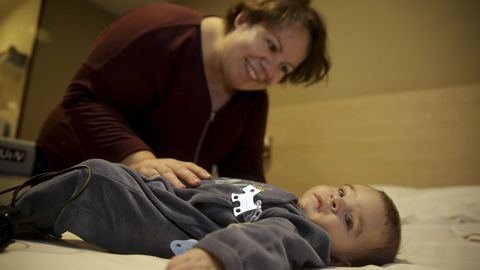 Lois, con su madre Daniela, uno de los niños del Hotel de Corazones