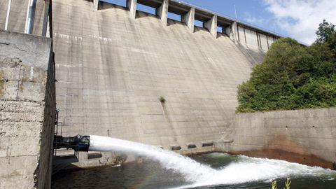 Salida de agua al pie de la presa de Vilasouto, que abastece el canal de regadío