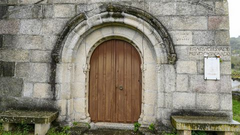 Puerta de la iglesia parroquial de Santa María de Abeleda, de origen románico