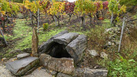 La Fonte da Abadía está protegida por lajas de piedra