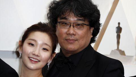Park So-dam y Bong Joon-ho, director de Parásitos