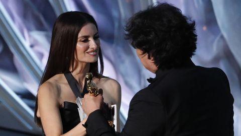 Penélope Cruz entregando a Bong Joon-ho el premio a mejor película internacional