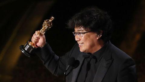 Bong Joon Ho, director de «Parásitos», con la estatuilla del Óscar al mejor guión original