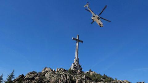 El helicóptero Super Puma del Ejército del Aire con los restos del dictador despega del Valle de los Caídos el pasado 24 de octubre