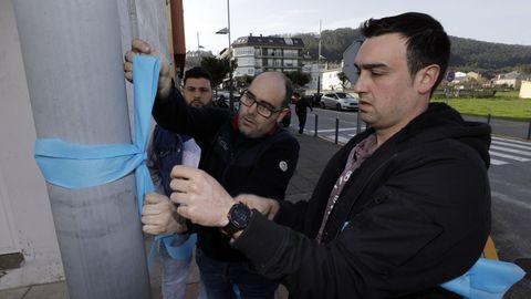 El comité de Alcoa en San Cibrao colocó lazos azules en Xove para reclamar apoyos al sector