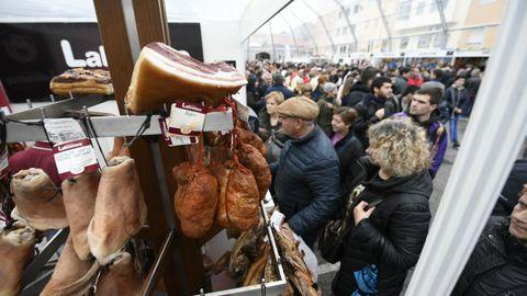La Feira de Cocido convoca a miles de personas y ofrece numerosos productos gastronómicos