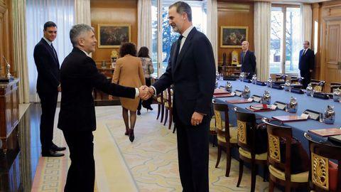Felipe VI, junto al ministro del Interior, Fernando Grande-Marlaska