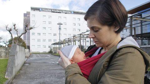 Alba y su bebé, delante del Hospital Marcide, donde se examinó