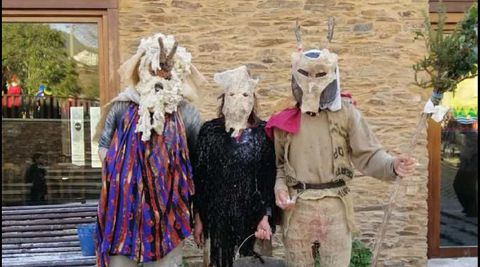 Os disfraces dos personaxes típicos do entroido do Courel foron recuperados grazas ás indicacións dos veciños de maior idade