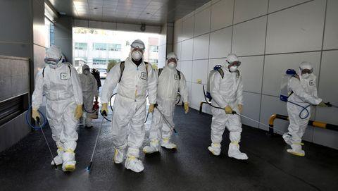 Trabajadores desinfectando la iglesia de Daegu, posible foco de los contagios