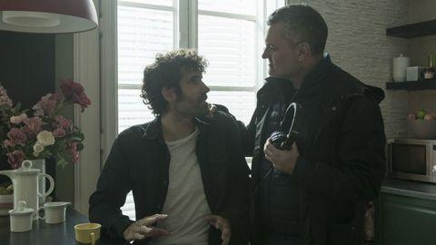 El actor Tamar Novas, con Carlos Montero durante el rodaje.