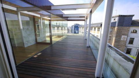 Cuenta con una terraza sobre la que se puede ubicar un gran toldo
