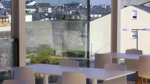 La cafetería dispone de unas vistas privilegiadas de la Muralla y la Mosqueira