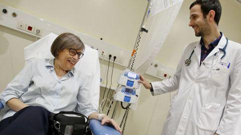 Maite va cada dos semanas al hospital de día del Álvaro Cunqueiro a recibir un tratamiento para sustituir la proteína que su hígado no produce. En la imagen, con el neumólogo Ramón Tubío