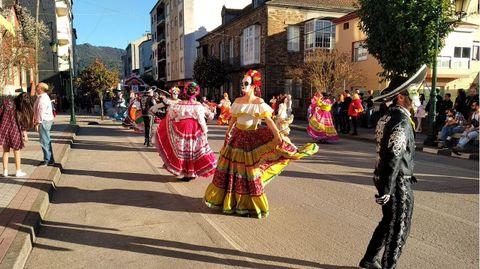 Desfile de comparsas en la calle Real de Quiroga