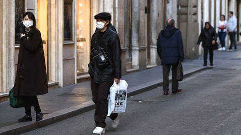 Turistas con mascara en Roma