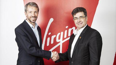 Josh Bayliss, consejero delegado de Virgin, y su homólogo en Euskaltel, José Miguel García, durante la firma del acuerdo de cesión de la marca británica para la expansión nacional