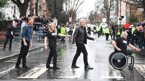 El príncipe Harry, con el cantante Jon Bon Jovi en el famoso paso de cebra de Abbey Road