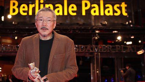 El realizador Hong Sang-soo posa con el Oso de Plata a la mejor dirección que ganó con su película «The woman who ran»