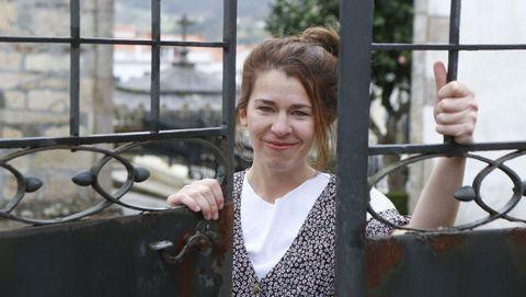 Sara Carmona Lladó, retratada a las puertas del cementerio de Pontedeume, que le inspiró uno de los poemas de su libro «La luz que se demora»