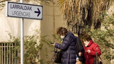 Una mujer sale del Hospital Universitario de Álava-Txagorritxu, en Vitoria