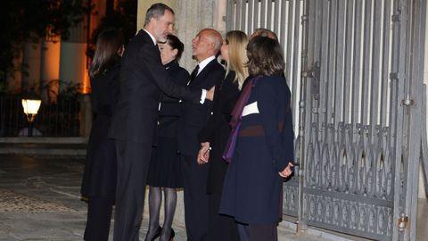 Los Reyes Felipe y Letizia saludan a la familia del empresario Plácido Arango, fallecido el pasado 17 de febrero a los 88 años, a su llegada al funeral este miércoles en la iglesia de Los Jerónimos. EFE/JUANJO MARTÍN