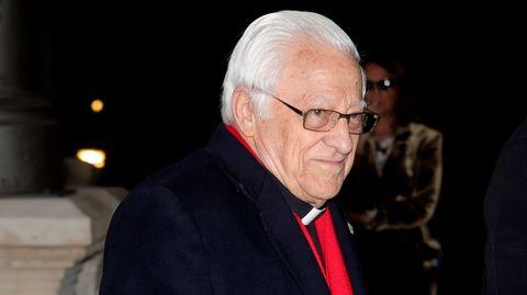 El sacerdote y filántropo católico español, más conocido como padre Ángel, asiste este miércoles al funeral del empresario Plácido Arango, fallecido el pasado 17 de febrero a los 88 años. EFE/JUANJO MARTÍN