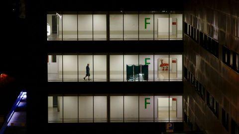 Un hombre pasea por una planta del Hospital Álvaro Cunqueiro