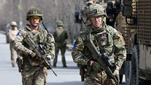 Soldados britanicos de la OTAN patrullan tras el ataque