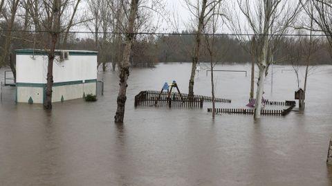 El río Támega inundó el área recreativa de Rabal (en el Concello de Oímbra) en diciembre