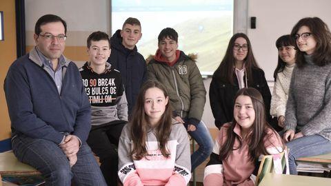 Xosé Carlos García xunto a varios alumnos do IES Colmeiro que participan no proxecto