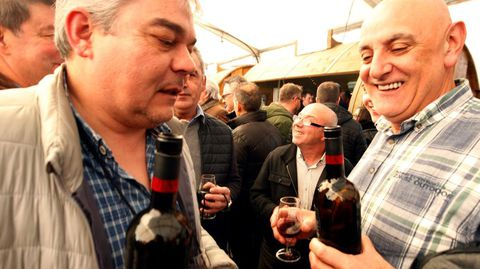 Dos de los visitantes que se acercaron a probar los vinos de la zona en la jornada del sábado
