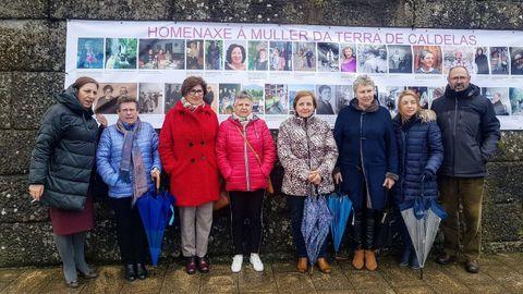 8M en Castro Caldelas.Un panel con la imagen de 37 mujeres en el muro de la Praza do Prado reivindica a las trabajadoras