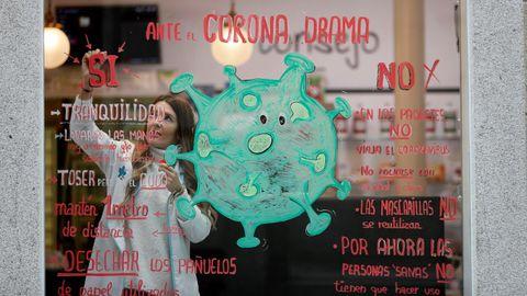 Escaparate dunha farmacia de Lugo con consellos para previr o contaxio