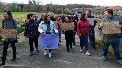 8M en Nogueira de Ramuín.As mulleres de Loureiro saíron en manifestación no 2019 co lema de que tamén elas querían ir ao único bar do pobo. Un ano despois a convocatoria medrou en participación, mantendo o mesmo espíritu festivo e reivindicativo